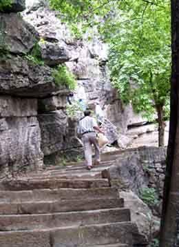 Chùa trên núi Bích Động - Ninh Bình