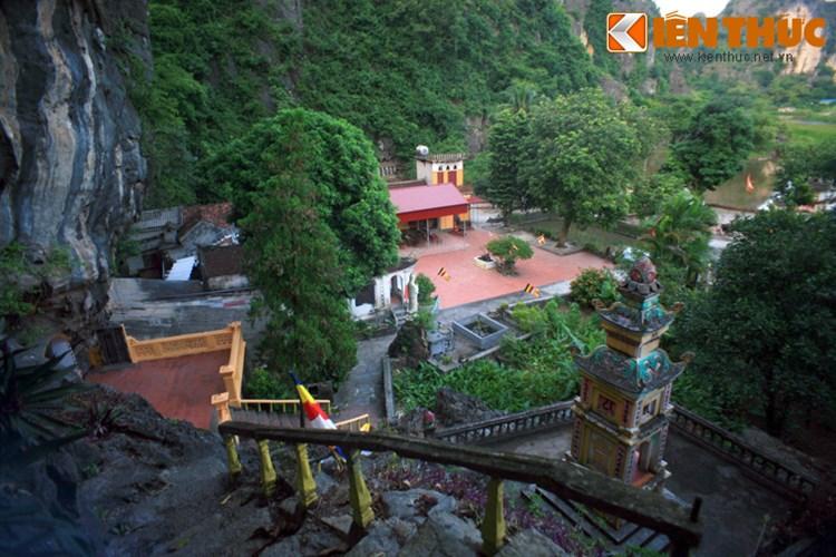 Tương truyền, nhân dân ở đây khi phát hiện ra động thấy trong động có rồng cuộn nên lập chùa tại đó