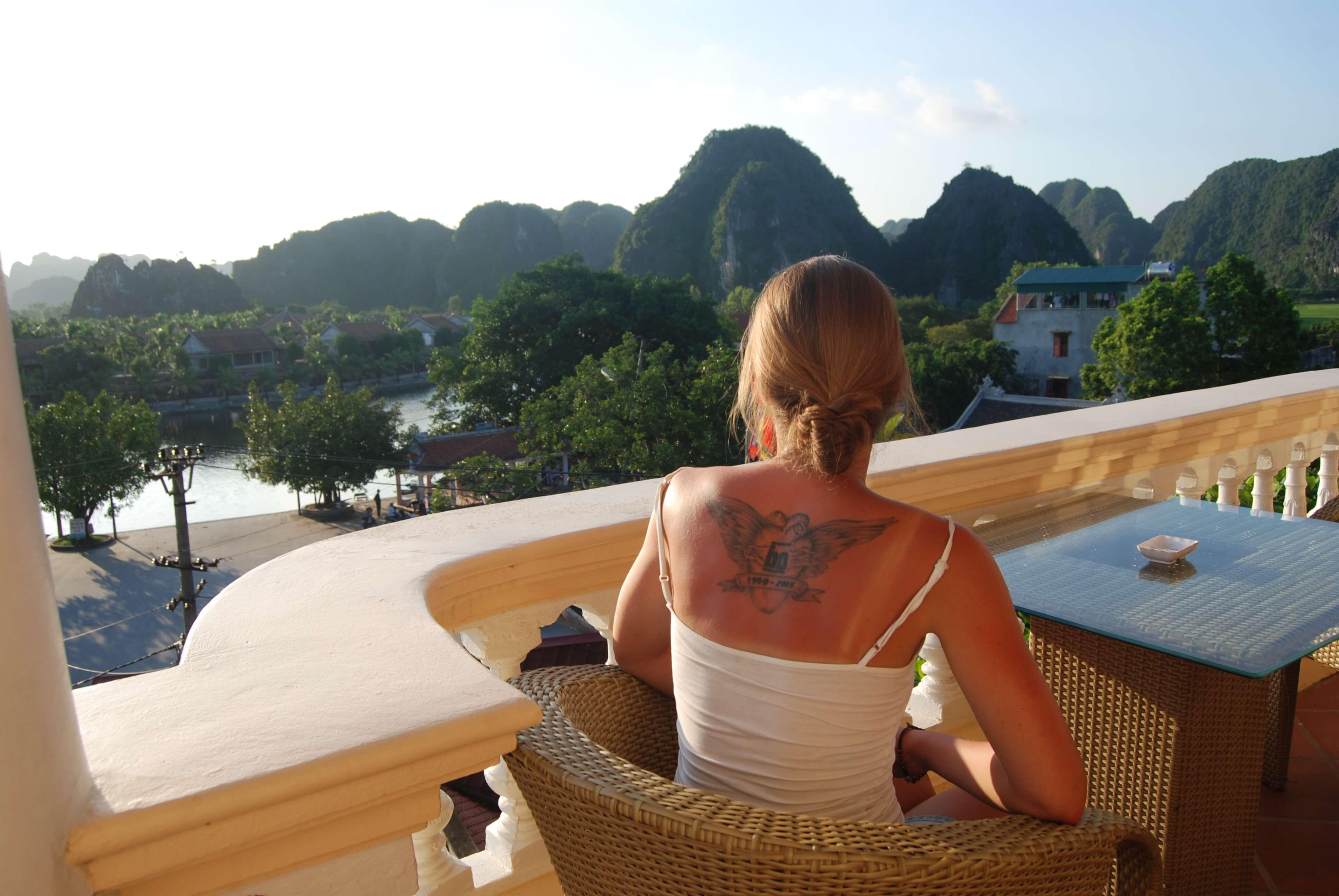 Khách du lịch đang ngắm cảnh từ ban công khách sạn